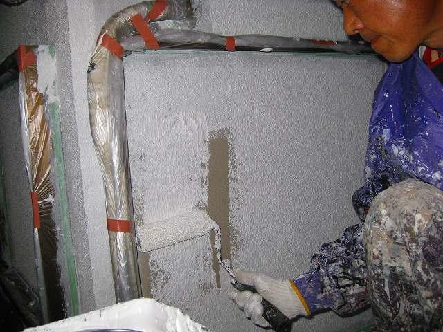 2.下地調整(下塗) 現状の壁にあわせて下塗材を選びます。